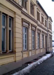 Detail der Fassade an der Bahnssteigsseite.