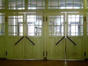 Der Wartesaal des Wittenberger Bahnhofes ist noch begehbar. Türen zur Stadt.