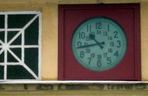 Eine der wenigen funktionstüchtigen Uhren an der gesamten Strecke.
