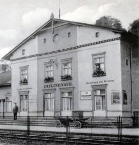 Der Paulinenauer Bahnhof in den 1930er Jahren. Heute ist dieser Bauteil die älteste in ihrer ursprünglichen Form erhaltene Bausubstanz in Paulinenaue.