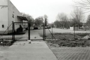 Das Mehrzweckgebäude war in den für Paulinenaue so prägenden 1970er Jahren Stolz der Gemeinde. 2002 waren bereits die besten Zeiten vorüber, obwohl durch die DEULA für einen Teil des Hauses die Weiternutzung gesichert war.