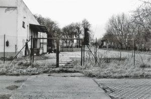 Kaum verändert hat sich der Platz vor dem Gebäude am Lindenweg. Ein bisschen mehr Gras am Zaun und etwas weniger Unordnung auf dem Gelände - das war es schon.