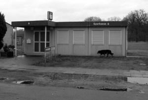 Am Sonntag, dem 18. März 2007 sind die Rollos heruntergelassen. Im Dorf wird eifrig nach dem ausgerückten Hund von Frank Schrader gesucht, der derweil einen kleinen Dorfbummel macht, oder aber bloß nach dem rechten sieht. In den fünf Jahren dazwischen hat es immerhin einen Einbruchsversuch in die Sparkassenfiliale gegeben.