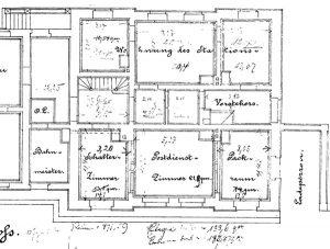 Zum Dorf hin und damit in etwas ruhigerer Lage ist im Plan die Wohnung des Stationsvorstehers verzeichnet. 1883 hieß der Paulinenauer Stationsvorsteher Degen. Auf der Bahnsteigseite dagegen befanden sich Schalterzimmer, Postdienstzimmer, und ein Packraum. Wo heute der Zugang zu den Gleisen erfolgt, war ein Ladeperron vorgesehen.