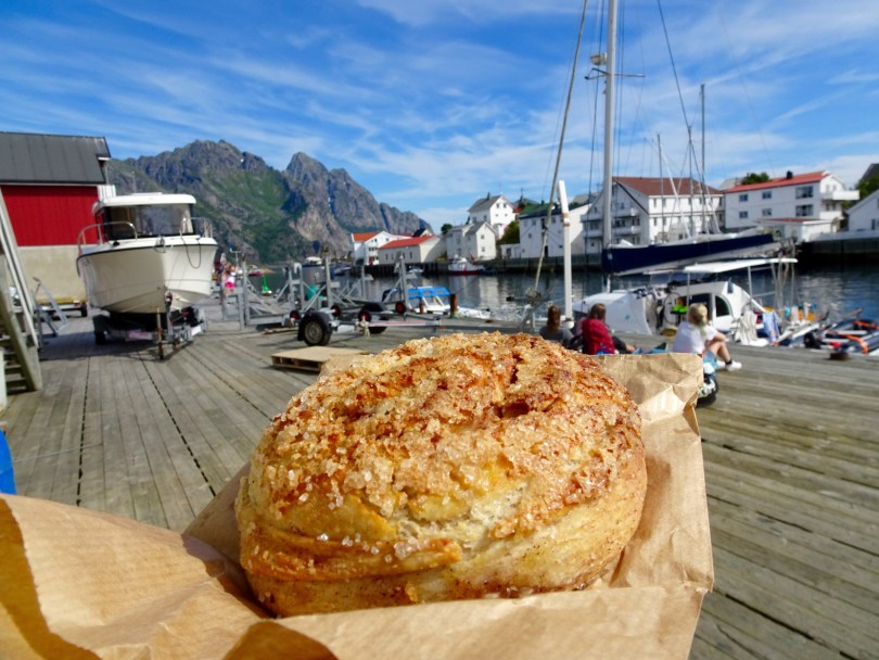 We did not have much time in Henningsvær we only had a photo-stop and cinnamon rolls hunting! We found them at Lysstøperiet. What a crowd and favorite place Lysstøperiet turned out to be.