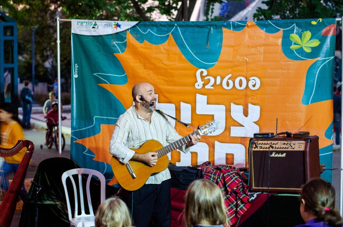 Tal Kravitz performing in Modiin