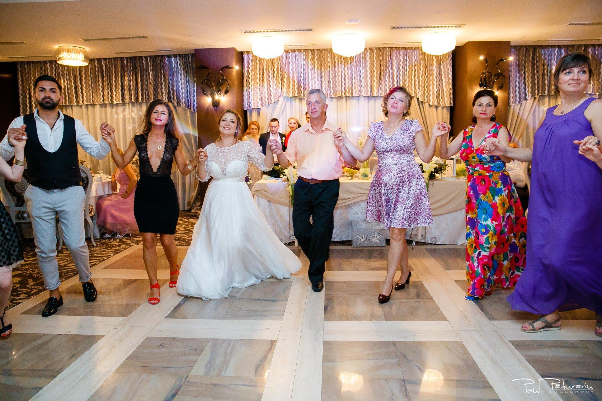 Petrecere la Pleaiada nunta cu tema Paris Ema si Tudor fotograf profesionist de nunta iasi www.paulpadurariu.ro © 2017 Paul Padurariu invitati pe ringul de dans
