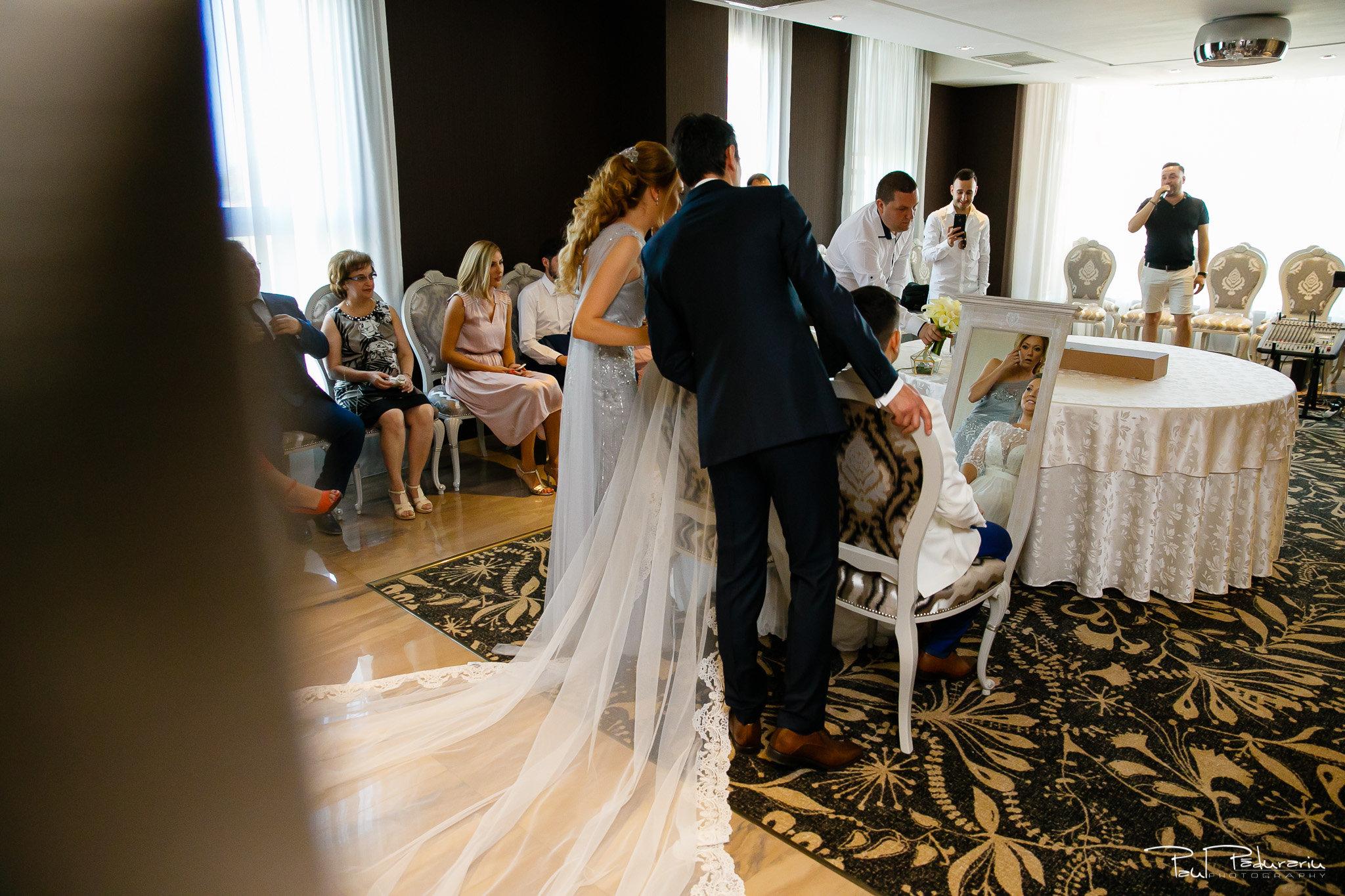 Pregatiri nunta Ema si Tudor fotograf de nunta iasi www.paulpadurariu.ro © 2017 Paul Padurariu - pregatiri mireasa si mire oglinda