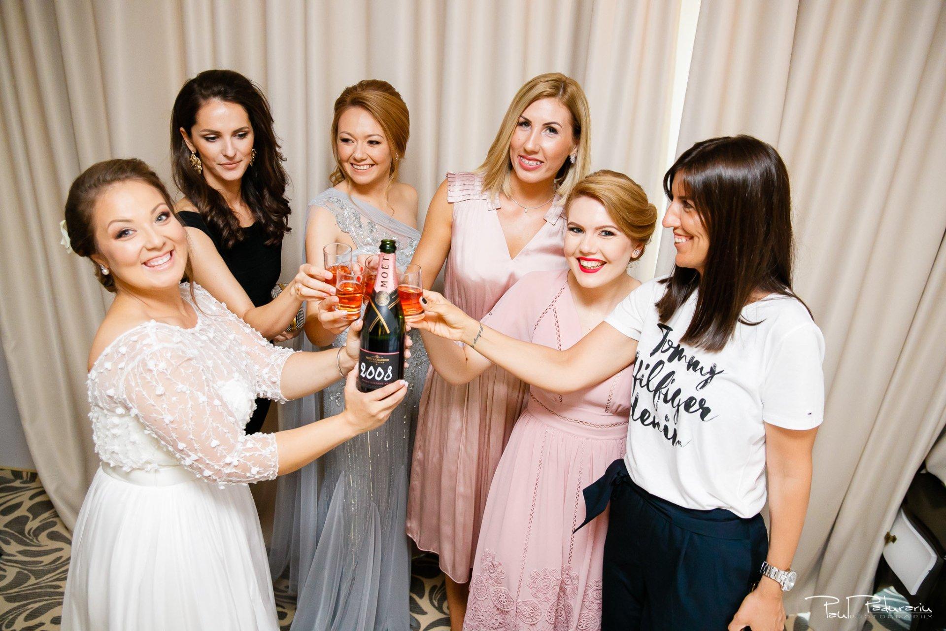 Pregatiri nunta Ema si Tudor fotograf de nunta iasi www.paulpadurariu.ro © 2017 Paul Padurariu - mireasa alaturi de domnisoarele de onoare