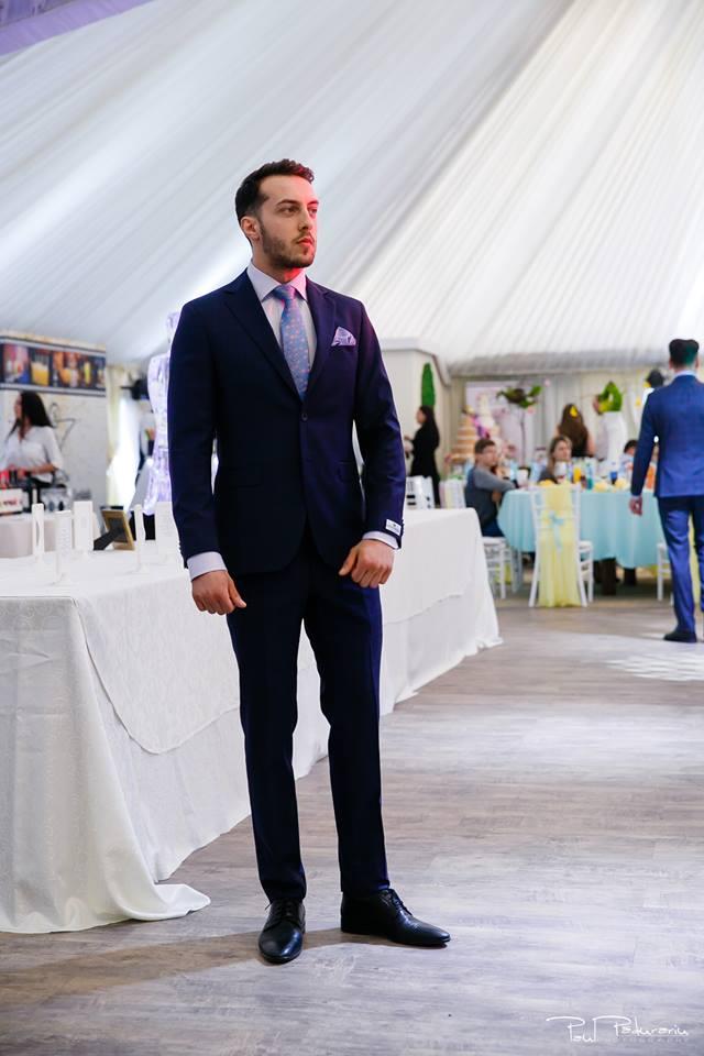 Prezentare costum mire elegant accesorii mov Seroussi Iasi Ceremony Summer 2018 la Elysium Events fotograf profesionist Paul Padurariu