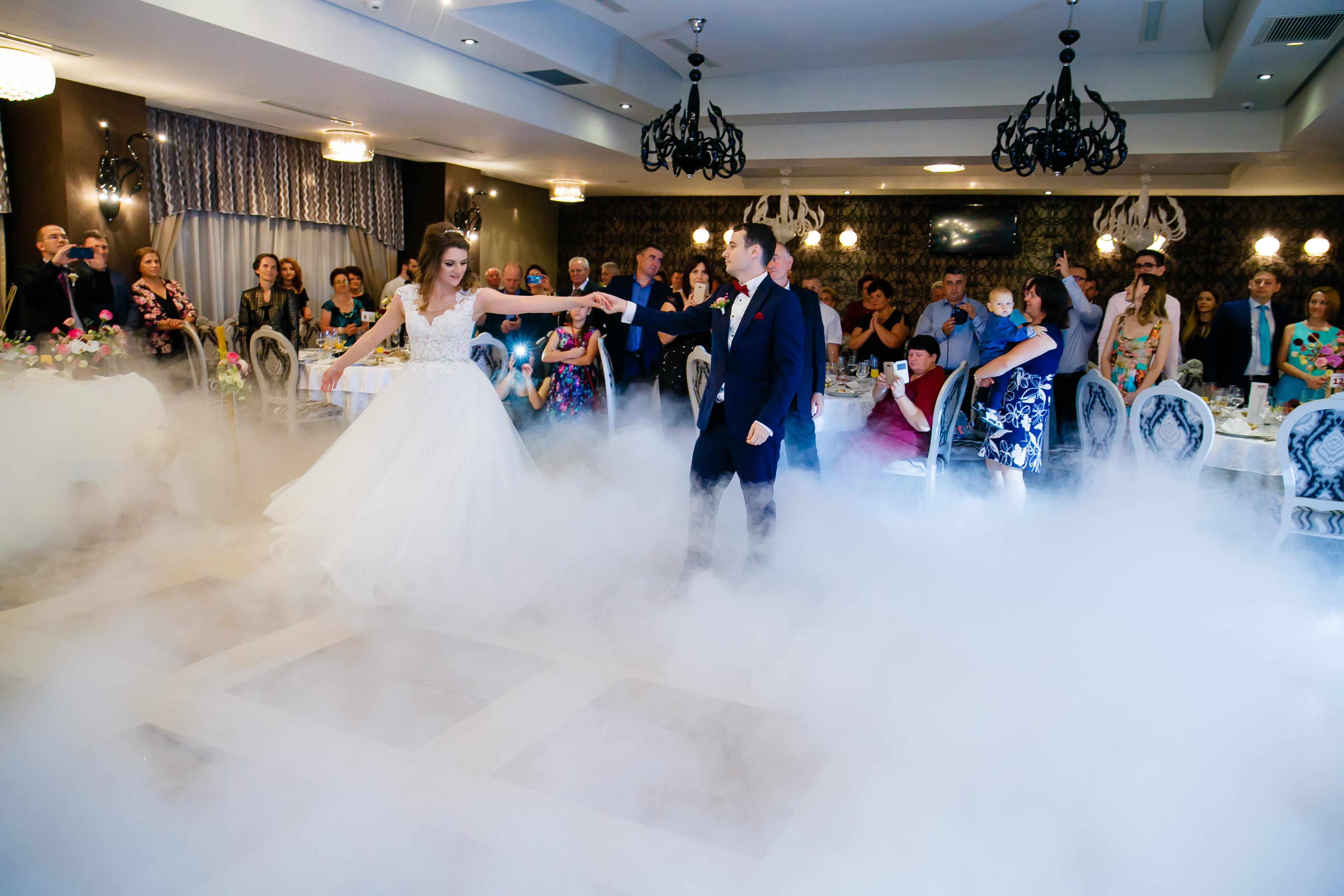 Nunta la Pleiada Iasi Alexandra si Vlad dansul mirilor fum greu www.paulpadurariu.ro © 2017 Paul Padurariu fotograf de nunta iasi