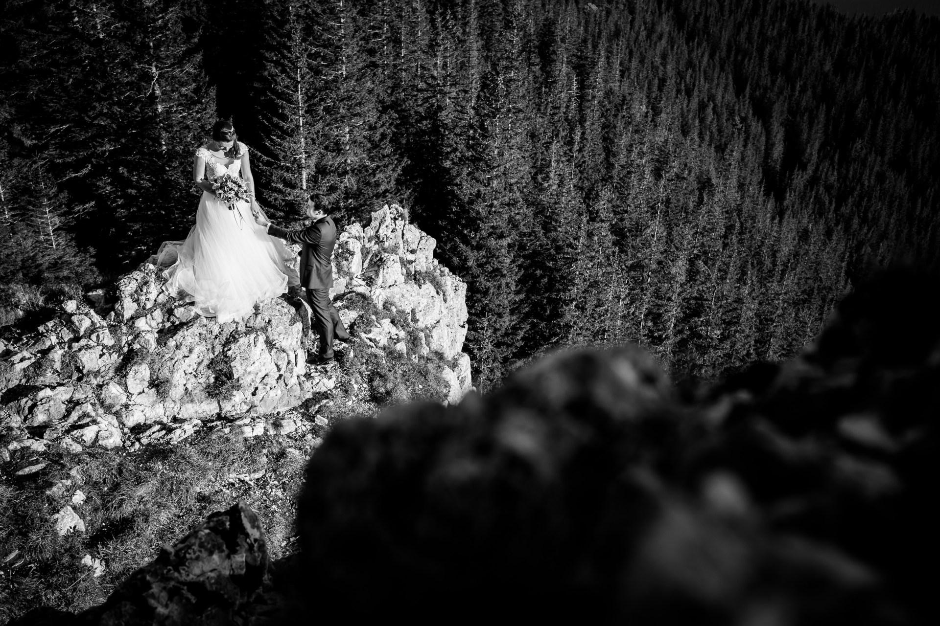 Alexandra si Vlad sedinta foto trash the dress Rarau www.paulpadurariu.ro © 2017 Paul Padurariu fotograf nunta iasi - fotografie alb negru