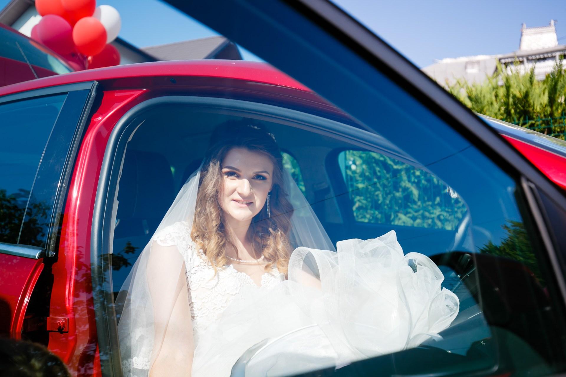 Alexandra si Vlad nunta Pleiada Iasi - mireasa in masina in drum spre cununia religiosa - fotograf profesionist nunta www.paulpadurariu.ro © 2017 Paul Padurariu