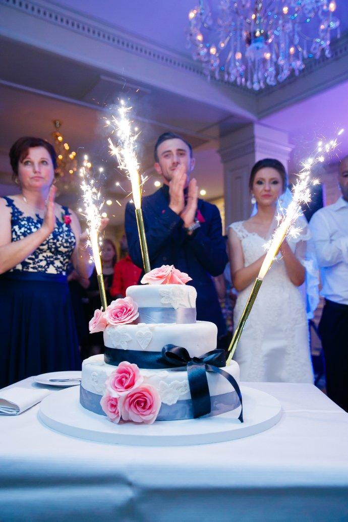 Loredana si Ciprian tort nunta Iasi Cofetaria La Rosa fotograf profesionist nunta Iasi www.paulpadurariu.ro © 2017 Paul Padurariu
