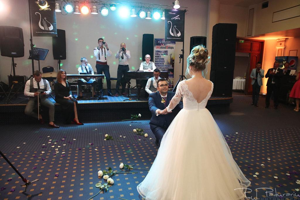Georgiana si Daniel dansul mirilor nunta la Grand Hotel Traian Iasi paul padurariu pregatiri miri www.paulpadurariu.ro 4