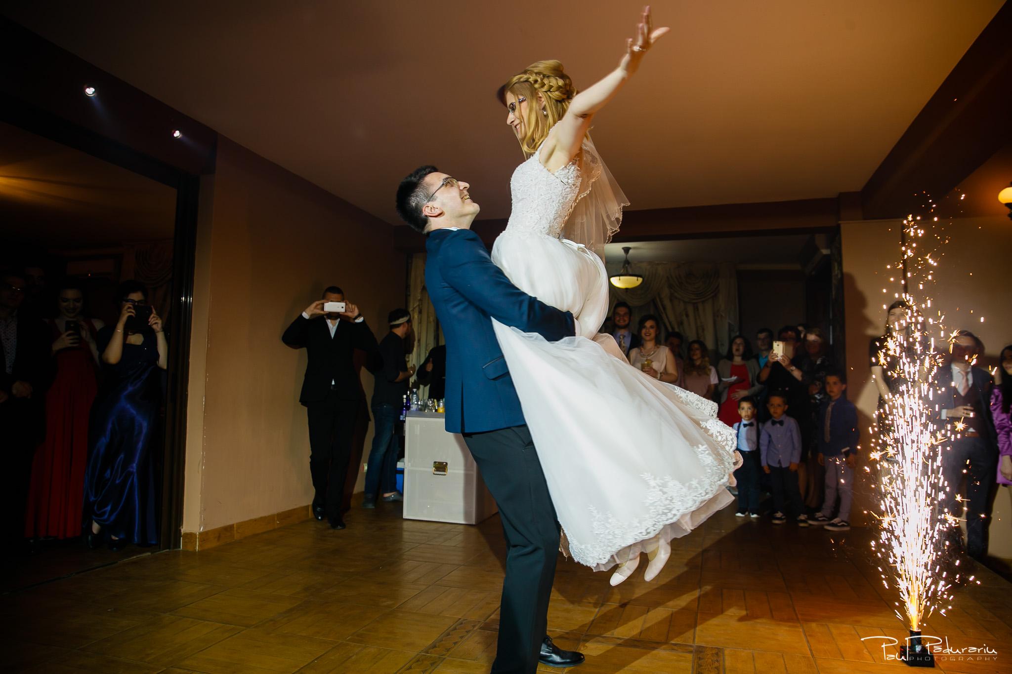 Anca si Razvan - Nunta Restaurant American Iasi decoratiuni sala - dansul mirilor 1 - Paul Padurariu fotograf profesionist nunta iasi www.paulpadurariu.ro © 2018 Paul Padurariu