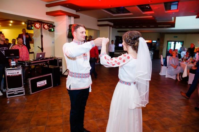 Nuntă tradițională Elisabeta și Alexandru fotograf profesionist nunta Iasi www.paulpadurariu.ro © 2018 Paul Padurariu fotograf de nunta Iasi dansul mirilor 1