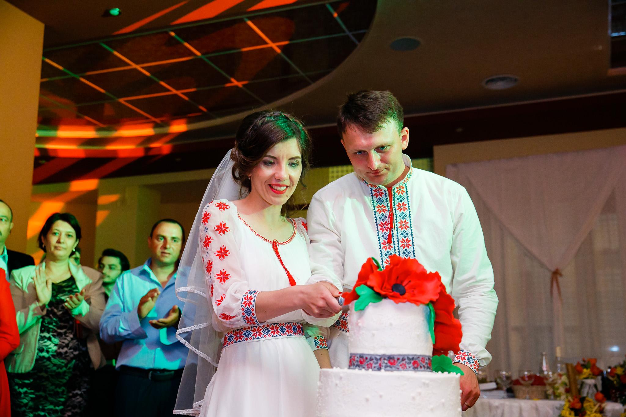 Nuntă tradițională Elisabeta și Alexandru fotograf profesionist nunta Iasi www.paulpadurariu.ro © 2018 Paul Padurariu fotograf de nunta Iasi tortul mirilor 3