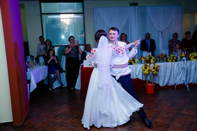 Nuntă tradițională Elisabeta și Alexandru fotograf profesionist nunta Iasi www.paulpadurariu.ro © 2018 Paul Padurariu fotograf de nunta Iasi dansul mirilor 2