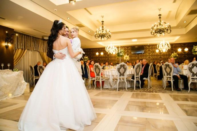 Larisa si Bogdan Nuntă la Pleiada fotograf profesionist nunta Iasi www.paulpadurariu.ro © 2018 Paul Padurariu dansul mirilor 1