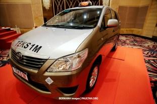 KUALA LUMPUR, 28 Julai -- Model Toyota Innova akan digunakan sebagai Teksi 1Malaysia (TEKS1M) dipamerkan semasa majlis penyerahan kunci oleh Pengerusi Suruhanjaya Pengangkutan Awam Darat (SPAD), Tan Sri Dr Syed Hamid Albar kepada pengendali TEKS1M hari ini.?TEKS1M beroperasi di Lembah Kelang, Johor dan Pulau Pinang. Pengendali teksi inisiatif TEKS1M kini boleh memilih untuk menggunakan Toyota Innova atau Proton Exora sebagai kenderaan mereka. --fotoBERNAMA (2015) HAK CIPTA TERPELIHARA