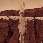 Alfred García pasa de astronauta a crucificado en el videoclip de Wonder