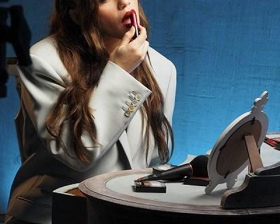 El nuevo videoclip de Eva b parece un anuncio de maquillaje