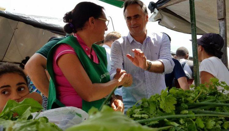 Pré-candidato Lucélio Cartaxo visita feira de Sapé e dialoga com a população