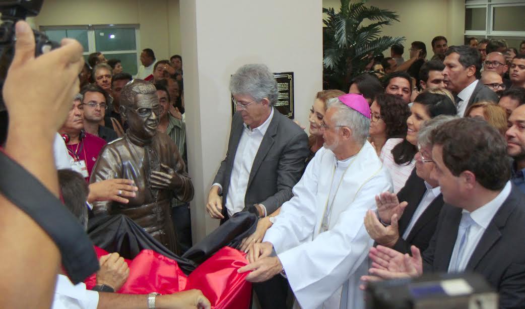 Em um dos seus últimos atos, Ricardo entrega Hospital Metropolitano