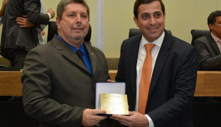 Representando a Câmara, Humberto Pontes recebe comenda de Gervásio Maia