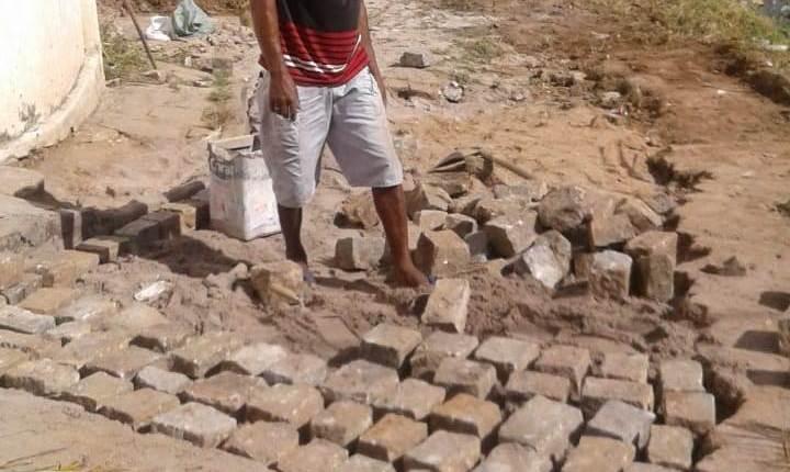 Cansados de esperar pela Cagepa, moradores fazem mutirão e consertam esgoto e calçamento no Alto do Mateus