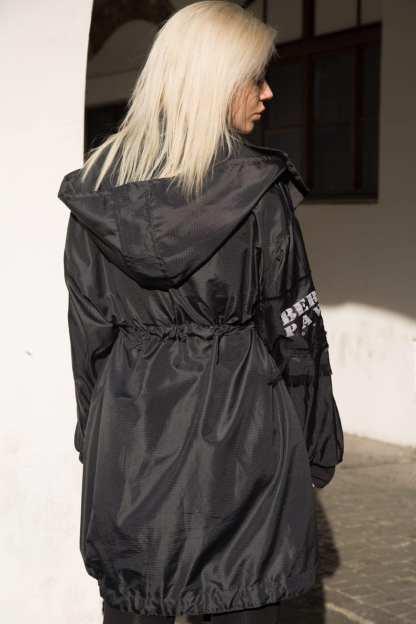 Dlouhá černá větrovka z lehké padákoviny, Pavel Berky
