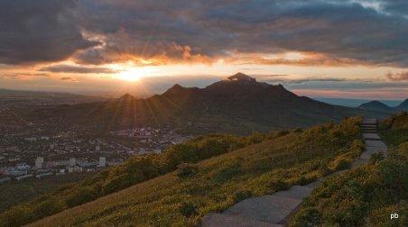 Закат за горой Бештау - фото Пятигорска