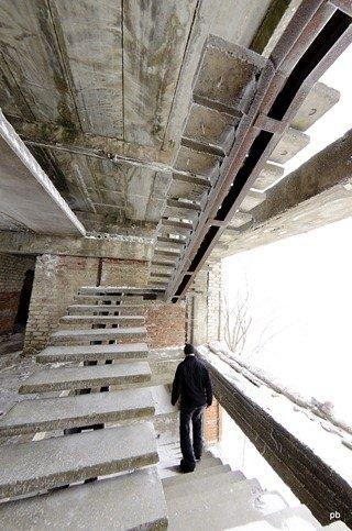 Недострой рядом с лагерем - лестница