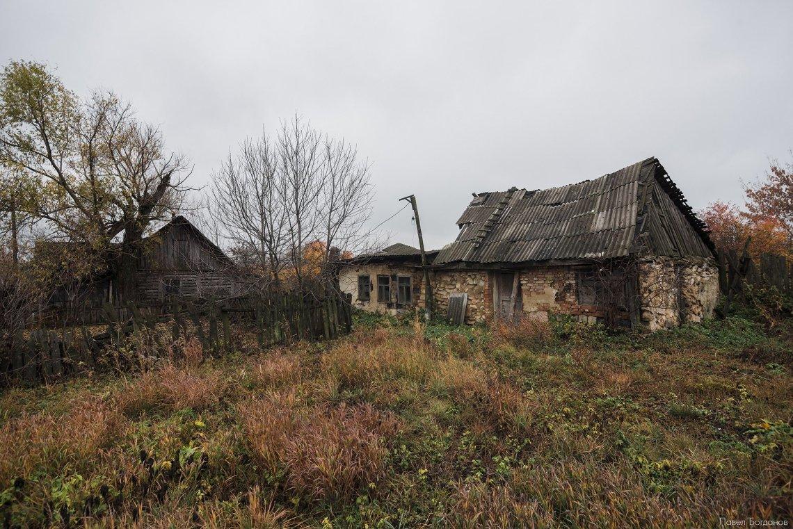Полуразрушенные домики в деревне Колодези, Тульская область