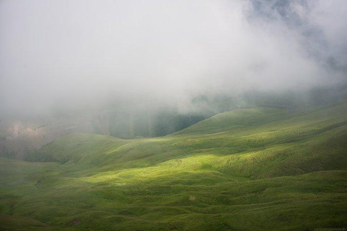В тумане лежит серпантин, ведущий на Джилы-Су