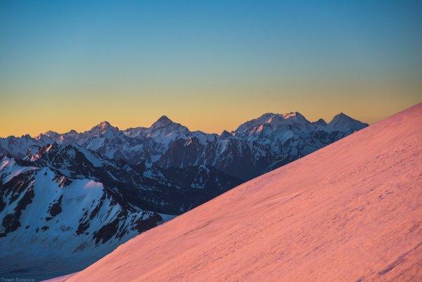 Вид на восток в рассветных лучах с верхней части ледника Микельчиран