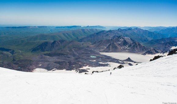 Панорама со скал Ленца, вид со склона Эльбруса на юг