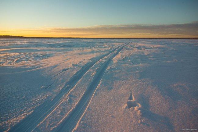 Следы лыж на снегу