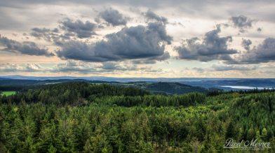 Pohled na Slavkovský les, Cheb a Františkovy Lázně (rozhledna Krudum | srpen 2014)