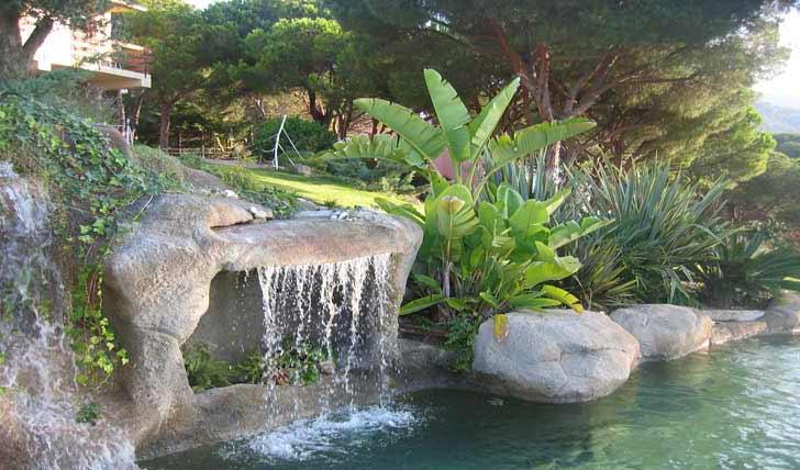 Immagini piscina effetto spiaggia naturale e in roccia