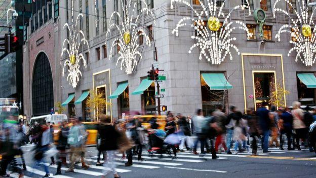 Americki potrošači na raskrsnici kod Tifanija - Njujork. Foto: BBC
