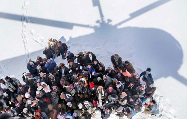 Preživeli nakon lavine čekaju pomoć vojnog helikoptera u Parijanu, Panjđšir, Avganistan 28. februar