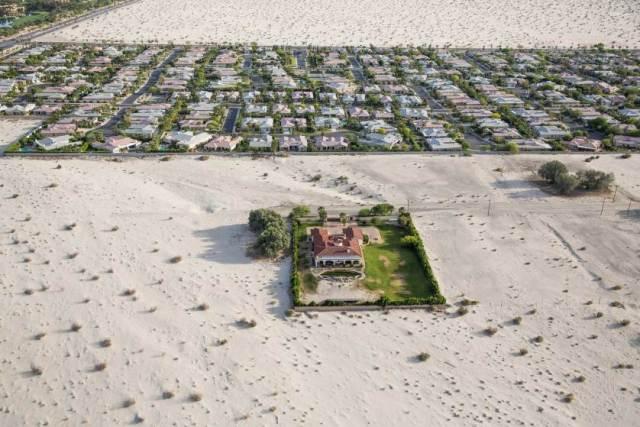 Kuća i dvorište na Ranču Miraž u Kaliforniji, delu sveta kojeg već 4. godinu zaredom pogađaju teške suše. Kiša je tamo za većinu postao samo plod mašte