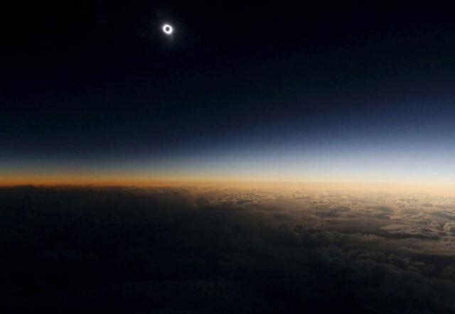 """Pogled iz kabine ruskog aviona u naučnoj misiji """"Let pomračenja"""" iznad neutralnih voda u Norveškom moru. Ruski stručnjaci su tom prilikom promatrali pomračenje sunca (20. mart)"""