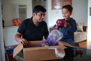 Ruchit Garg i trogodišnji sin sa onlajn paketom od Gugla.Foto: Jim Wilson/ The Nev York Times