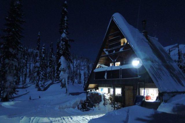 Ski Hut, Britanska Kolumbija, Kanada: Tamo gde smetovi dodiruju oblake na nebu. Ubacite se u film, smestite se i izađite u snežno belu divljinu!