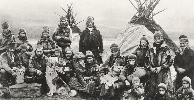 """Samiji ispred svojih """"Lavvu"""" šatora (Foto:Granbergs Nya Aktiebolag)"""