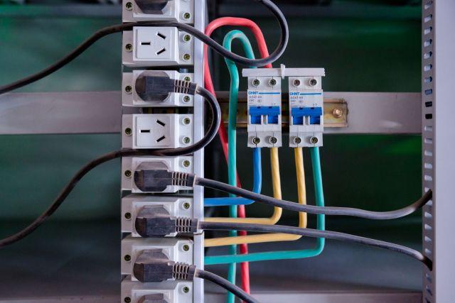 Kablovi za napajanje strujom u utičnicama u objektu z bitcoin rudarenje