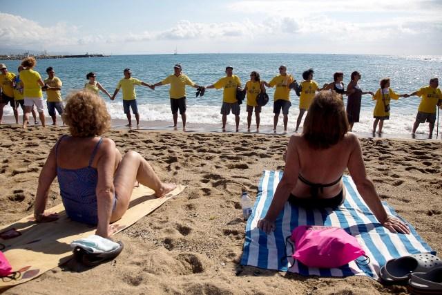 Plažni protest žitelja Barselone, kojima su odavno preseli i turisti i njihovog tumaranje uokolo (Reuters, Handelsblatt)